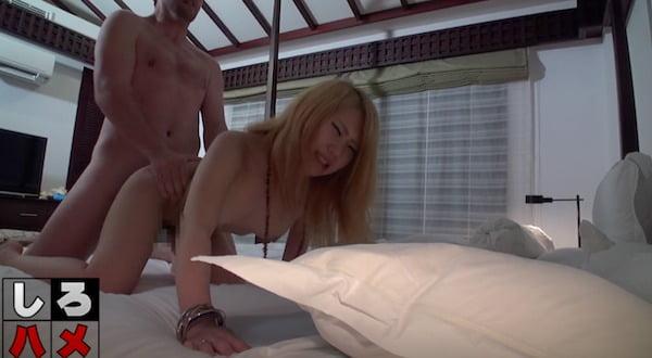綺麗なビーチで美白美人とビッチギャルが激しい肛門セックス